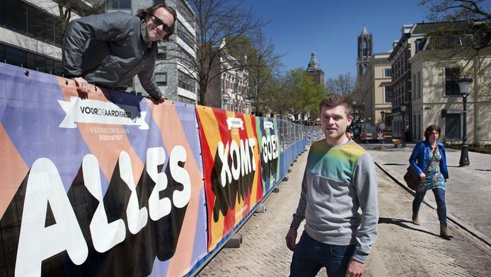 Frederik Nysingh (links) en Joost Hoekstra vrolijken de stad op met positieve teksten op spandoeken, zoals hier op de Mariaplaats