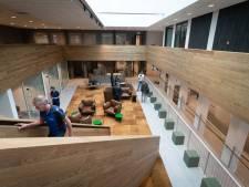 In het nieuwe gemeentehuis wacht je in een comfortabele fauteuil; nieuwbouw in Elst maandag in gebruik