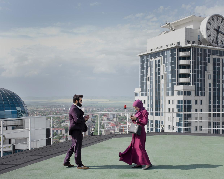 Bezoekers op het panoramadak van een wolkenkrabber in Grozny-stad.
