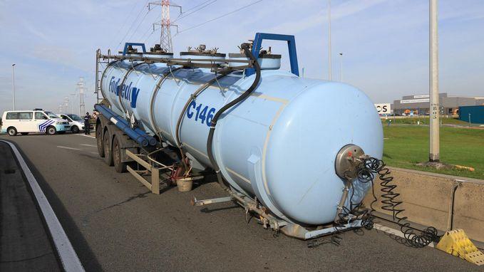 En plots ligt er tank met 26.000 l chloor op de weg