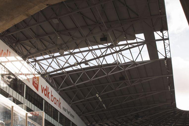 Zo groot is het gat dat gisteren in het dak werd geblazen.