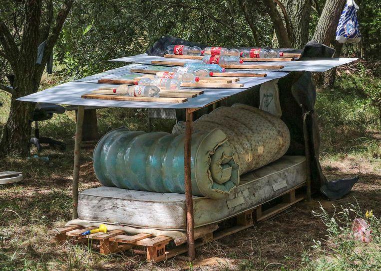 Met behulp van afvalmateriaal heeft de man voor zichzelf een stek gebouwd.