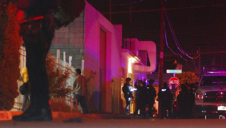 De Mexicaanse politie staat buiten de bar waar de schietpartij plaatsvond Beeld reuters