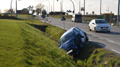 Wagen belandt in gracht aan Eurotuin