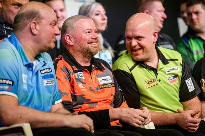 Van Barneveld tijdens de Kings of Darts met Vincent van der Voort en Michael van Gerwen.