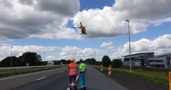 Traumahelikopter landt op A1 bij Rijssen na ongeluk: weg helemaal dicht.