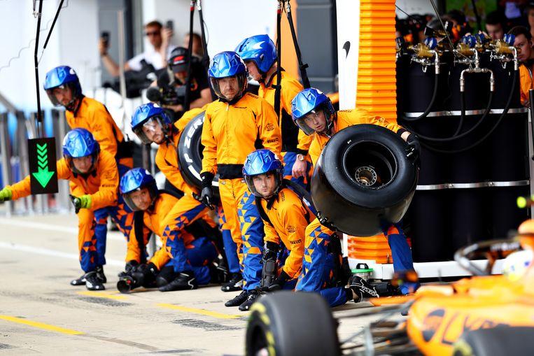 Pitstop van McLaren, een van de zeven Britse teams, op het circuit van Silverstone. Beeld Getty Images