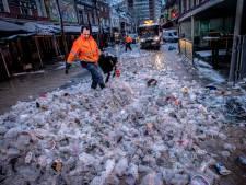 Straatbeeld: Duizenden bekers, sneeuw en slingers
