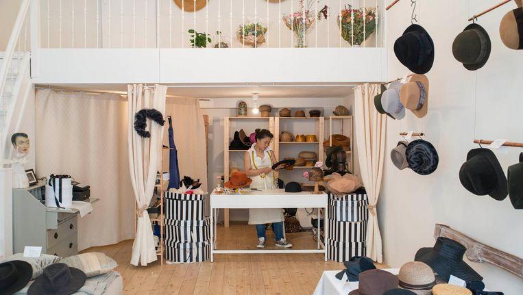 Het interieur van Demure Couture Hats Beeld Charlotte Odijk