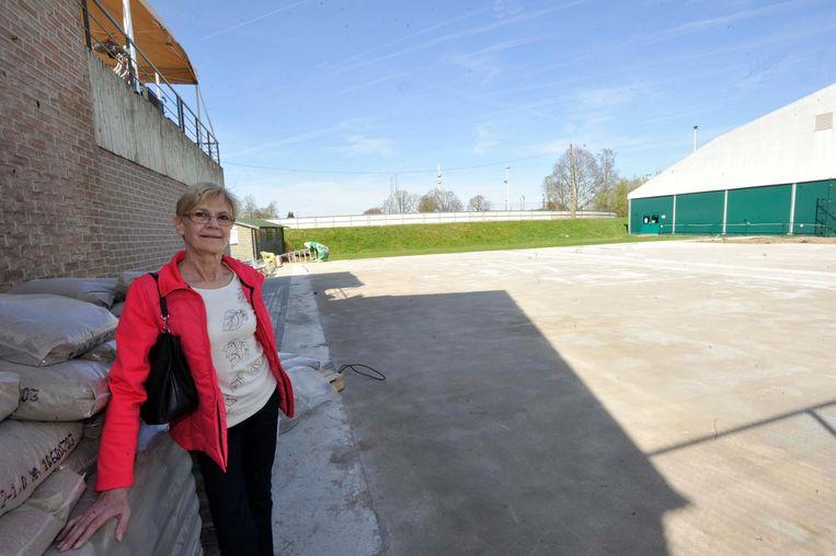 Secretaris Myriam Lissens bij de aanbouw van de twee padelterreinen.