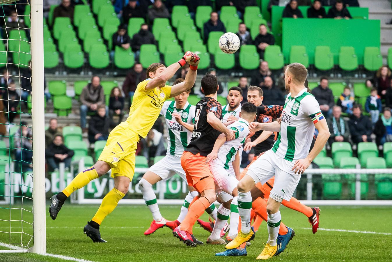 Lars Unnerstall bokst de bal weg tegen FC Groningen