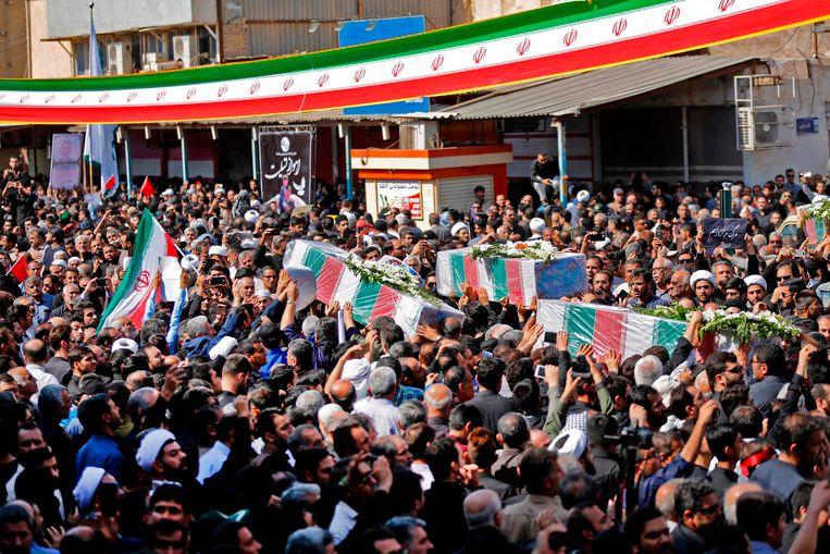 Duizenden mensen woonden de begrafenissen bij van de slachtoffers van de aanslag op de militaire parade.
