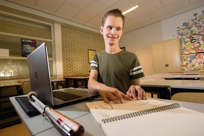 Chris Geven krijgt grafieken in voelbaar reliëf. Zo kan hij ook examen wiskunde doen.
