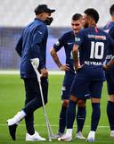 Kylian Mbappé op krukken na Franse bekerfinale tegen Saint-Étienne.