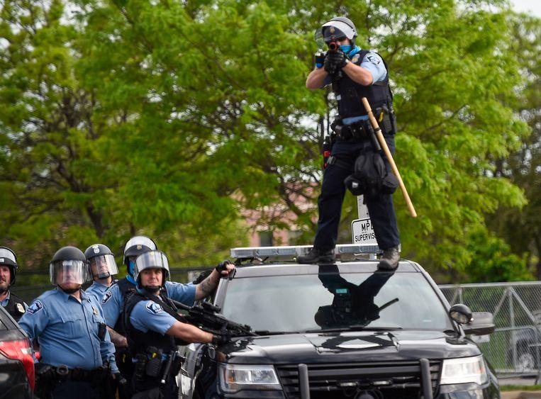 Politieagenten gaan de confrontatie met de actievoerders aan. Beeld EPA