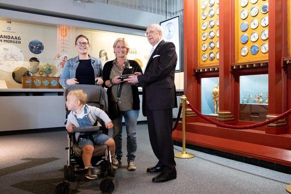 Conny Dekeirsschieter, Yente Onsia en Vinz Blanckaert krijgen een geschenk van Jos d'Haens.