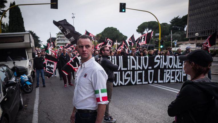 Leden van Forza Nuova tijdens hun mars door Rome. 'Pakistani, Bengalezen, Senegalezen, stuur ze terug naar hun eigen land!' Beeld Nicola Zolin