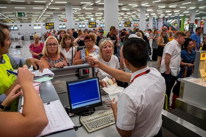 Ook op het vliegveld van Mallorca is er grote drukte van passagiers die wachten op de terugvlucht