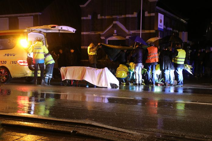 Hulpverleners in actie na het ongeval op 10 februari in Renswoude. Het slachtoffer, een 76-jarige vrouw, overleed enkele dagen later aan haar verwondingen.