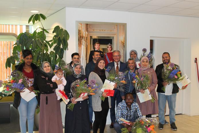 Dertien nieuwkomers zijn geslaagd voor de inburgering en mogen in de gemeente Raalte blijven. Wethouder Jacques van Loevezijn heeft ze daarmee gefeliciteerd.