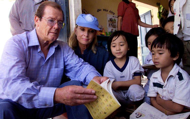 Roger Moore en zijn vrouw Kristina Tholstrup tijdens een actie voor UNICEF in 2003