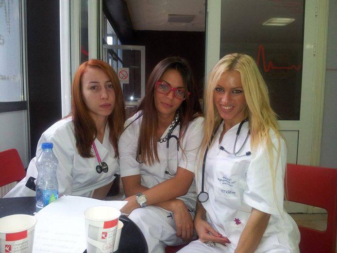 Pavlovic (rechts) zit in haar laatste jaar geneeskunde en liet in een krant optekenen dat landgenoten opzettelijk ziek werden om daar haar behandeld te kunnen worden...