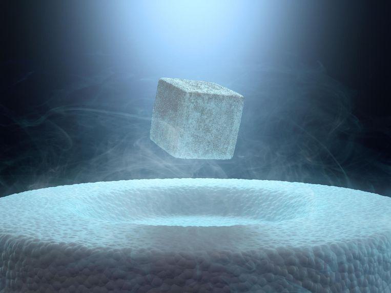Het klassieke Meissnereffect: een magneetje zweeft boven een supergeleider, afgekoeld met vloeibaar stikstof. Beeld Imageselect