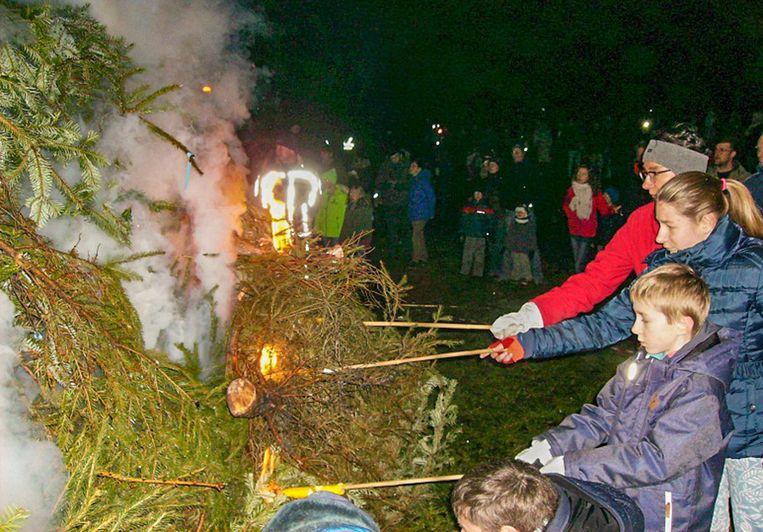 De kerstboomverbranding op de Durmedijk in Tielrode.