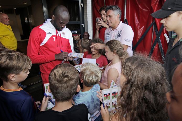 Na de wedstrijd TOP Oss - HSV Hoek konden fans (groot en klein) handtekeningen van alle TOP-spelers scoren. Hier wordt N'Koyi belaagd.