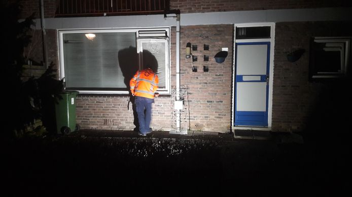 De glaszetter repareert de ruit van de flat in Arnhem waar de politie gisteren huiszoeking deed in verband met een onderzoek naar pedofielenvereniging Martijn (Het huisnummer is om privacyredenen weggehaald).