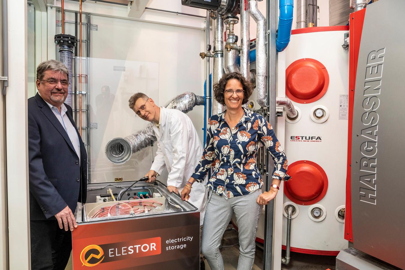 Guido Dalessi (links) en Hester Kuypers bij een eerdere presentatie van de superbatterij in Kampen.
