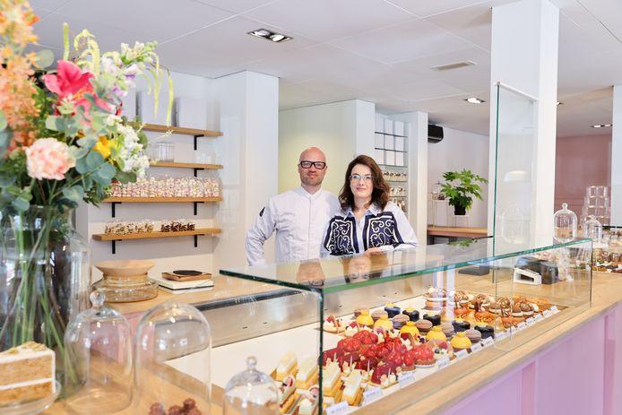 De eigenaren van Pinkie Patisserie Ruud Adriaens en Judith Verschuren in hun nieuwe pand aan de Stratumsedijk.