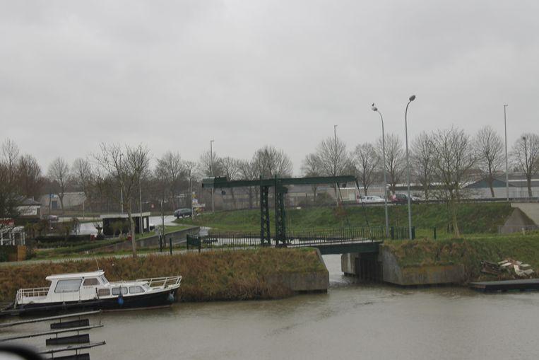 In de buurt van de Sasbrug in Kachtem (zie foto) kregen twee nachtvissers klappen.