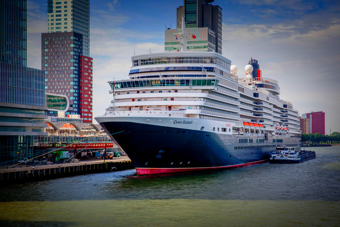 Cruiseschip Queen Elizabeth arriveert bij de Kop van Zuid in Rotterdam. (Foto ROBIN UTRECHT)