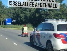 Vrouw in scootmobiel tikt per ongeluk 'auto' in op routeplanner en rijdt tussen voorbijrazend verkeer