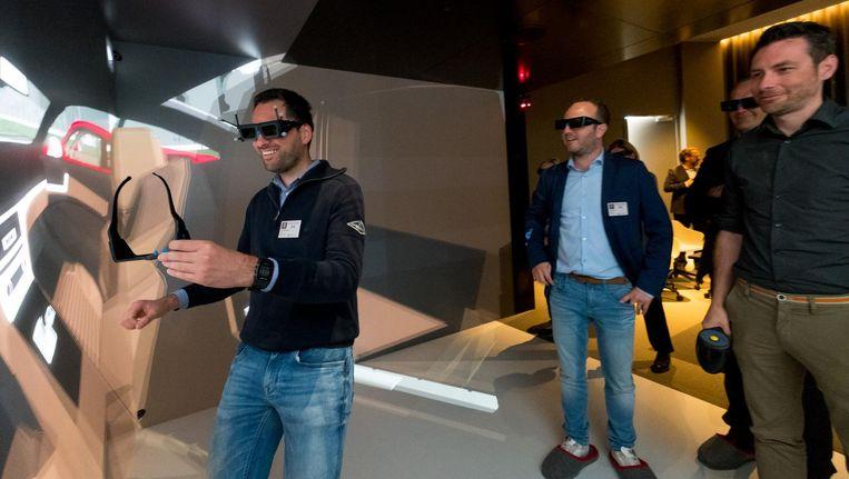 Livios-hoofdredacteur Tom Mondelaers loopt een virtueel rondje in het nieuwe Experience Center van Reynaers Aluminium