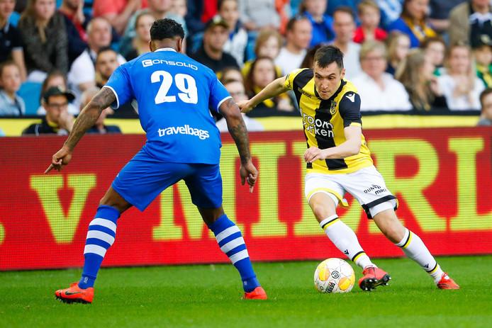 Vyacheslav Karavaev in duel met Darryl Lachman van PEC Zwolle (nummer 29).