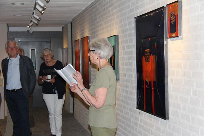 Annemiek Muller (vrijwilligster van het museum) opent met een gedicht en inspirerende woorden de tentoonstelling van Adriaan van den Berk.