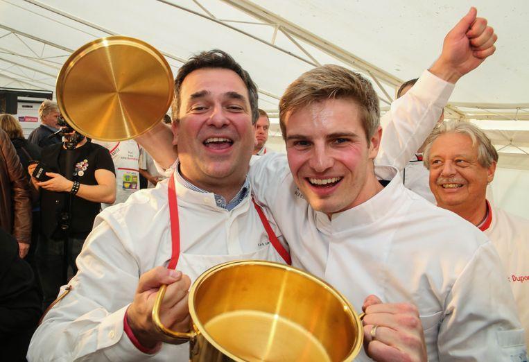 Burgemeester Kris Declercq (44) en Tim Boury (33), chef van sterrenzaak Boury, weten met hun geluk geen blijf na de overwinning in de Kitchen Battle.