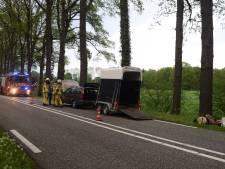 Auto met paardentrailer flink beschadigd door brand