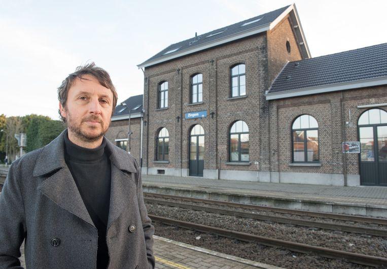 Jo De Vos bij het oude stationsgebouw in Zingem.