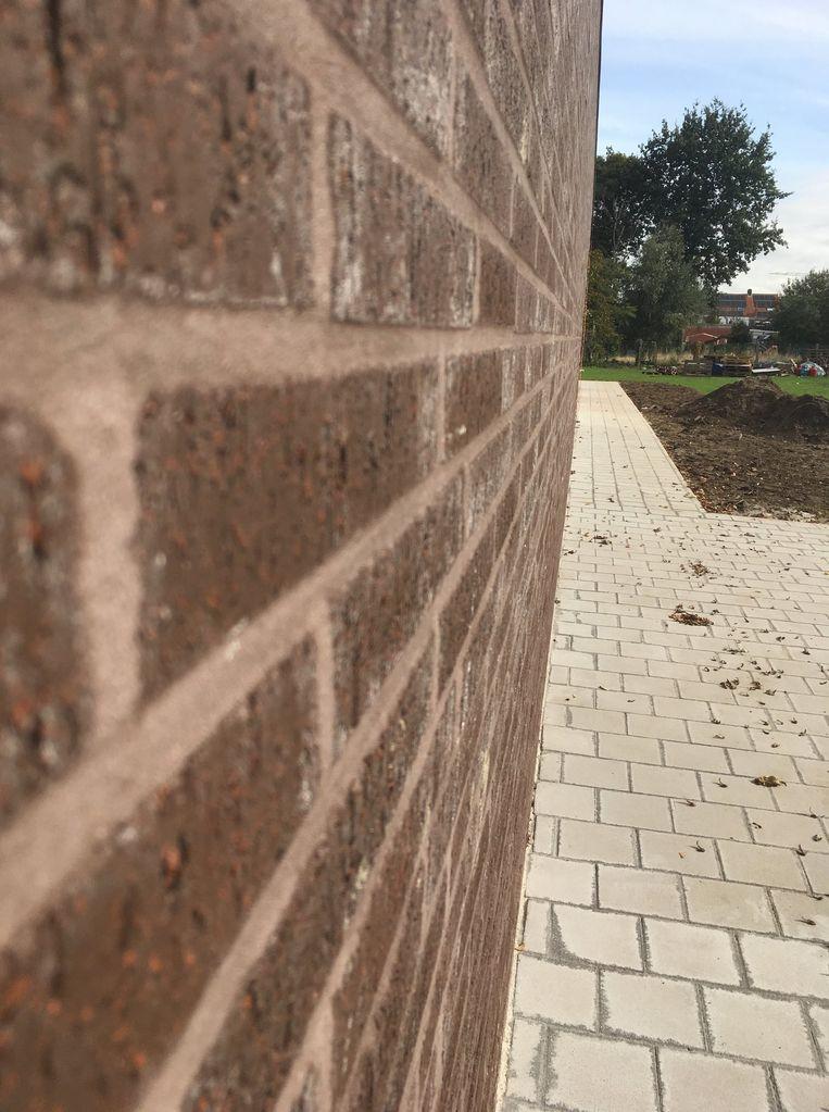 Er werden ook voetpaden aangelegd rondom de gebouwen.