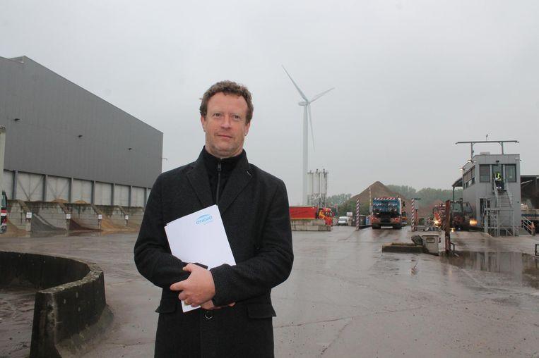 Projectleider Jan Caerels op de Amacro-site. Achter het gebouw links in beeld wil de energieleverancier nog eens twee turbines bouwen.