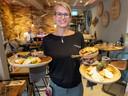 Gastvrouw Saskia Melis van Chill in Zoutelande serveert scholfilet.