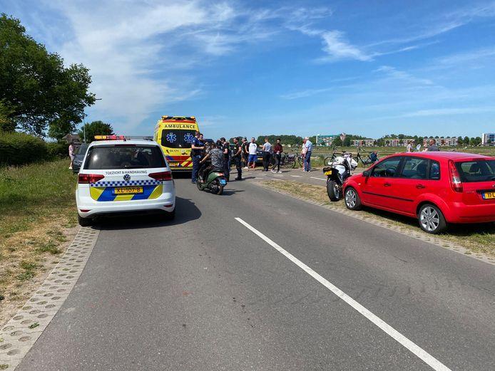 Een overstekende fietser werd aangereden door een motorrijder toen hij de weg over wilde steken.