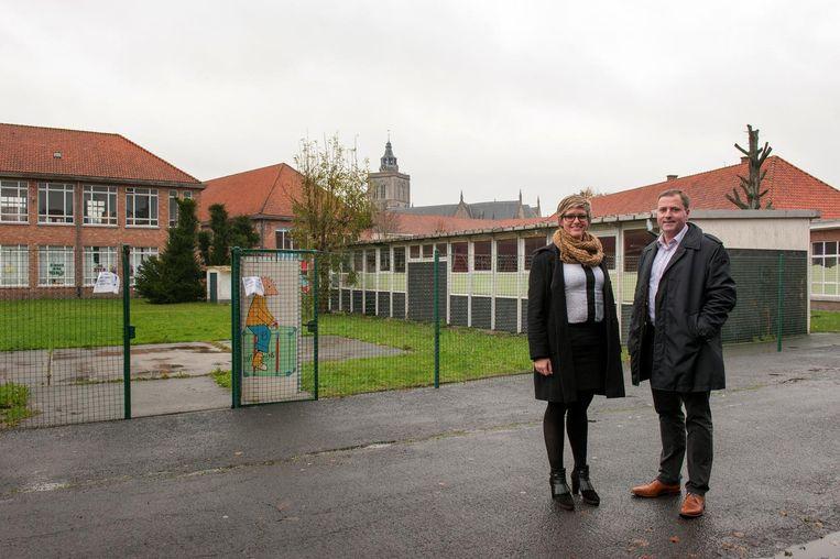 Burgemeester Christof Dejaegher en schepen van Onderwijs Loes Vandromme op de Vroonhofsite.
