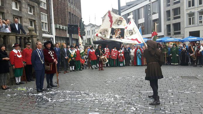 Burgemeester Rombouts krijgt de vendelgroet.