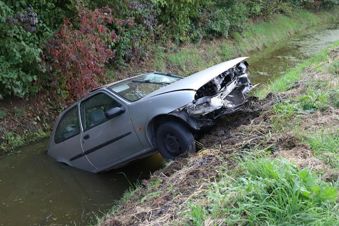 De zwaar beschadigde auto in Acquoy.