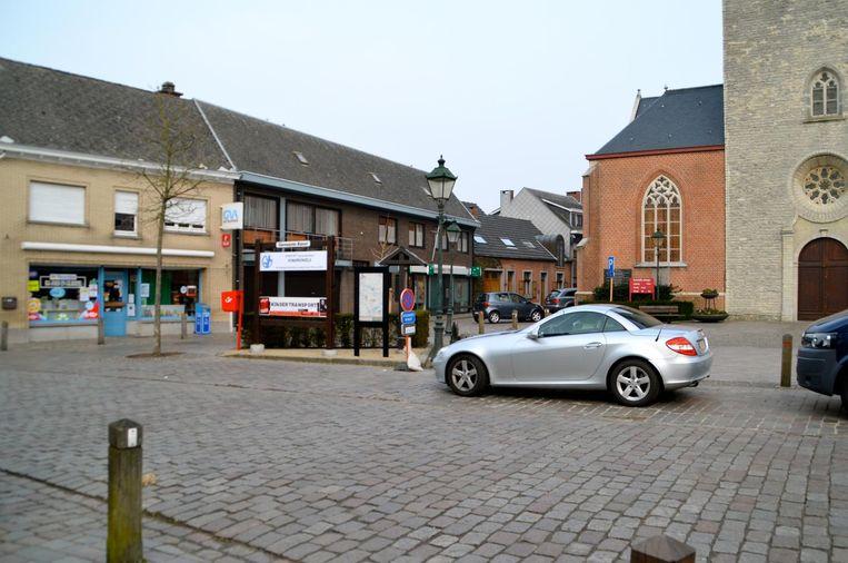 Aan het Torenplein in Oelegem kunnen auto's wél zonder problemen elkaar kruisen.