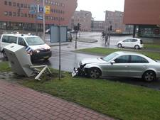 Mercedes ramt stoplichtkast aan Kazernestraat in Deventer